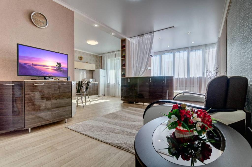 Телевизор и/или развлекательный центр в Novye apartamenty na Plekhanova 14