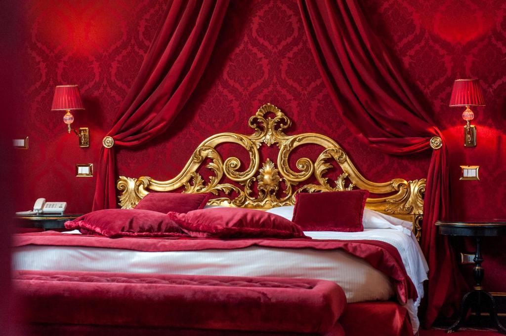 A bed or beds in a room at Hotel Al Duca Di Venezia