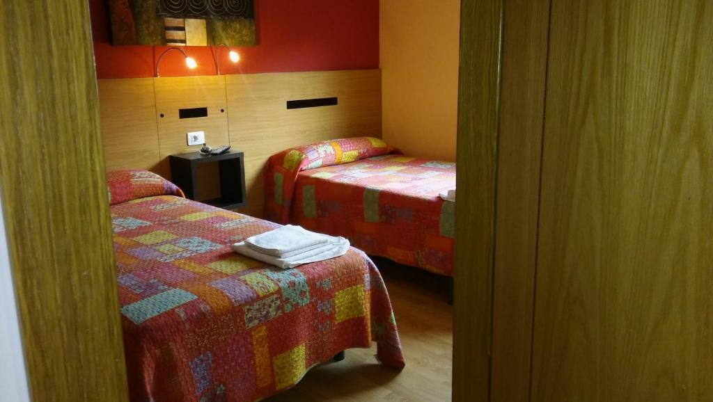 A bed or beds in a room at Hostal-Meson Vilasante