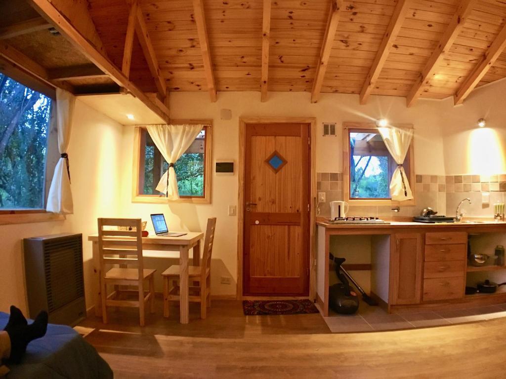 Una televisión o centro de entretenimiento en Cozy mountain cabin