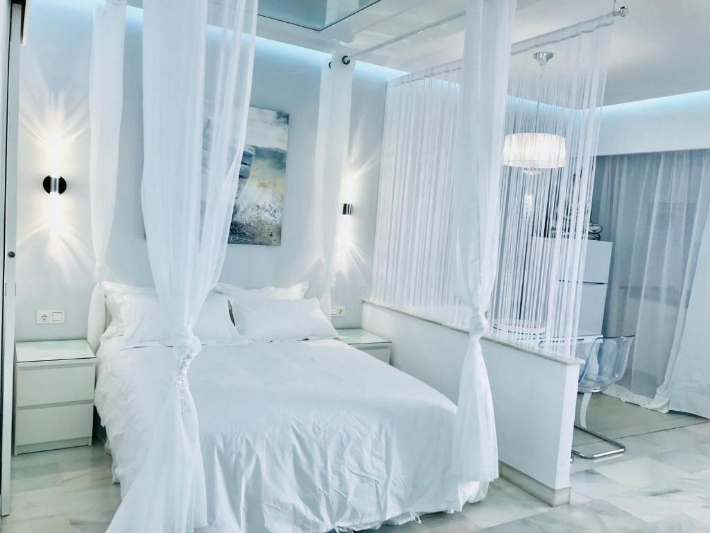 Een bed of bedden in een kamer bij Apartment Puerto Banus Marbella