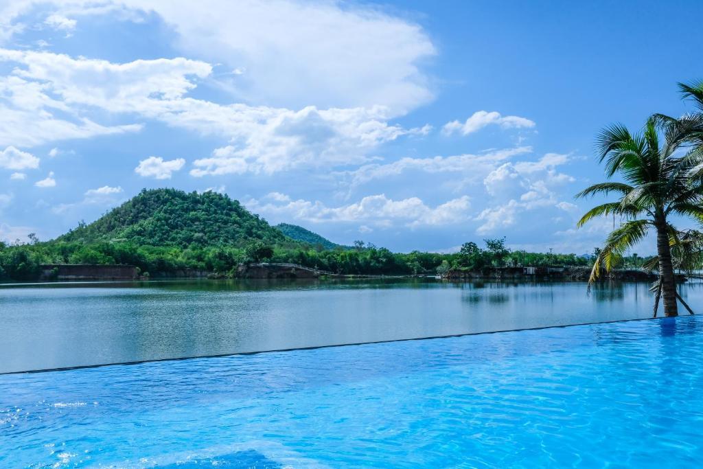 สระว่ายน้ำที่อยู่ใกล้ ๆ หรือใน Inlaya Ratchaburi