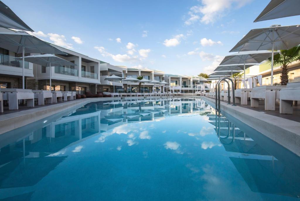 Der Swimmingpool an oder in der Nähe von Aloe Boutique & Suites