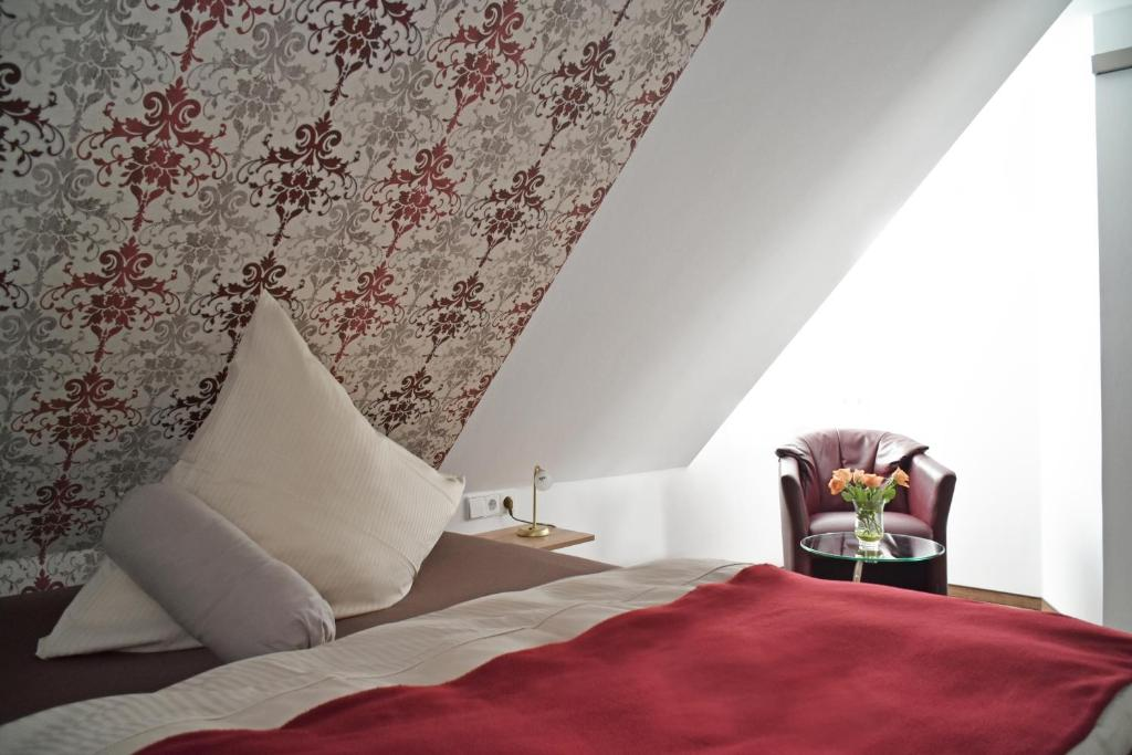 A bed or beds in a room at Hotel Zur Eisenbahn