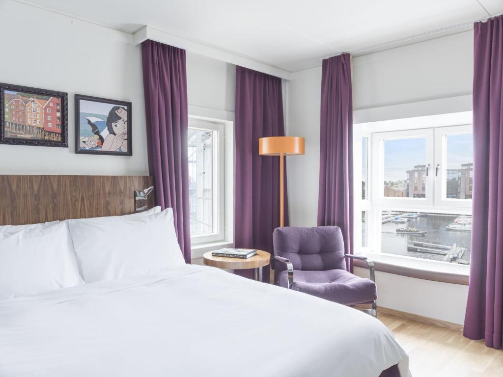 سرير أو أسرّة في غرفة في فندق راديسون بلو رويال غاردين، تروندهايم