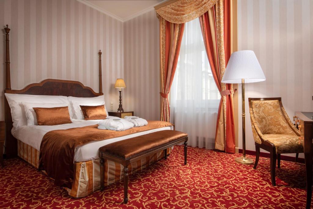Een bed of bedden in een kamer bij Ensana Grand Margaret Island