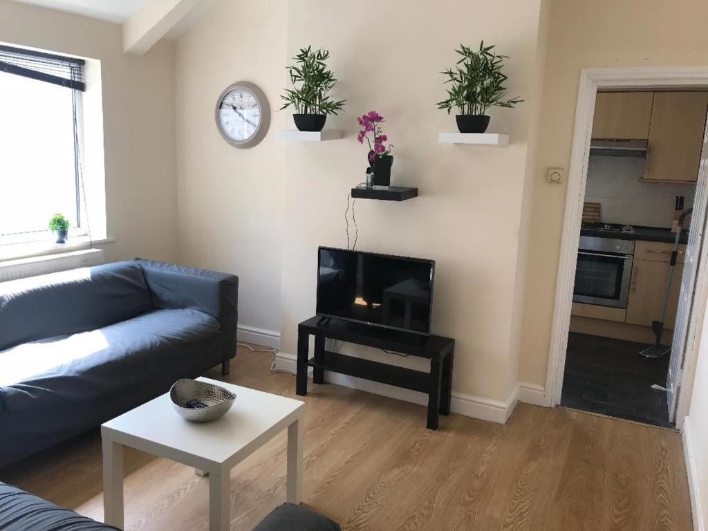 3 Room Flat apartment flat 2, stacy road, very nice 3 bedroom flat close