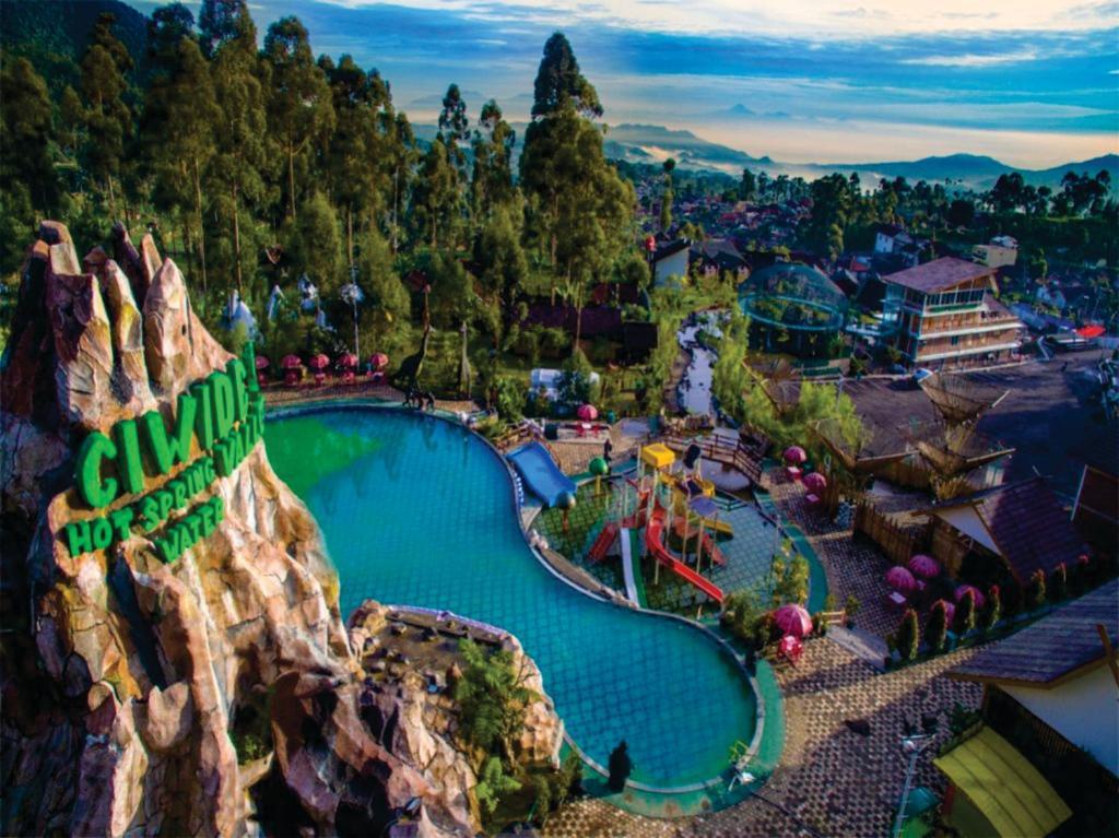 Uma vista da piscina em Ciwidey Valley Resort Hot Spring Waterpark ou nos arredores