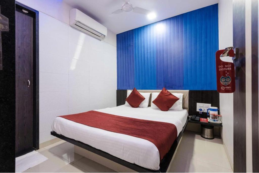 A bed or beds in a room at Hotel Golden Sagar