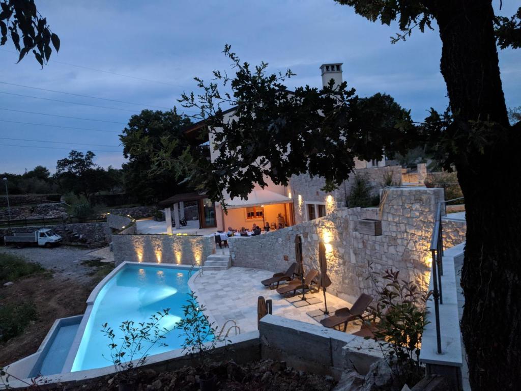 Pemandangan kolam renang di La Madrugada Farm House atau di dekatnya