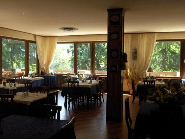 A restaurant or other place to eat at Albergo Alla Trota