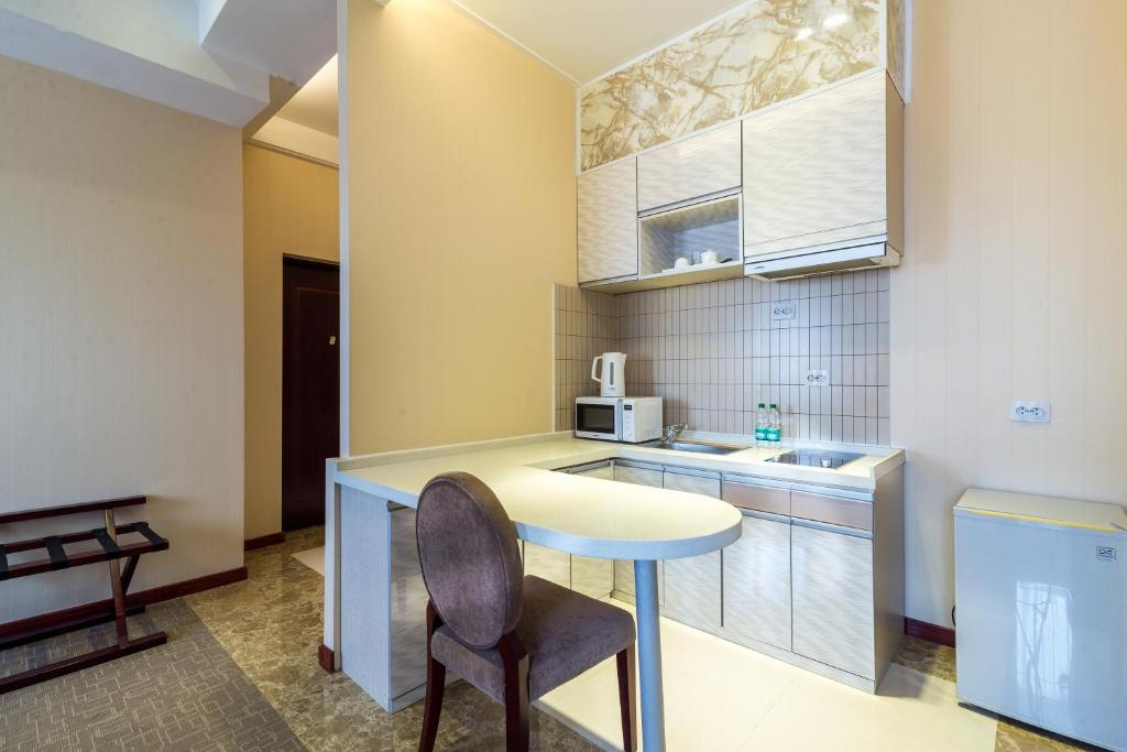 A kitchen or kitchenette at Lenina Hotel
