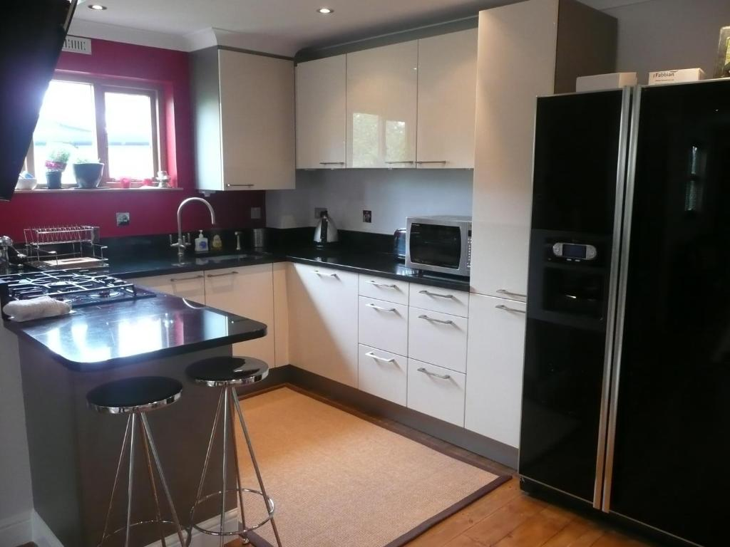 A kitchen or kitchenette at Modern Apartment Finchley Central