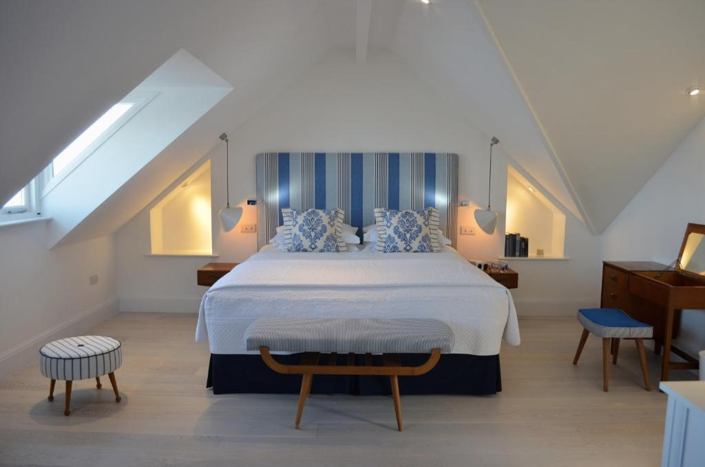 A bed or beds in a room at Trevose Harbour House