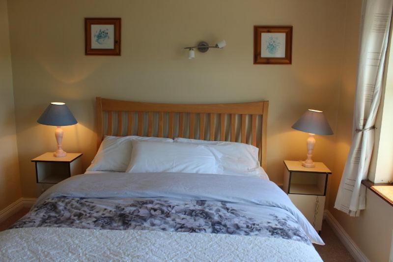 A bed or beds in a room at Waterside B and B