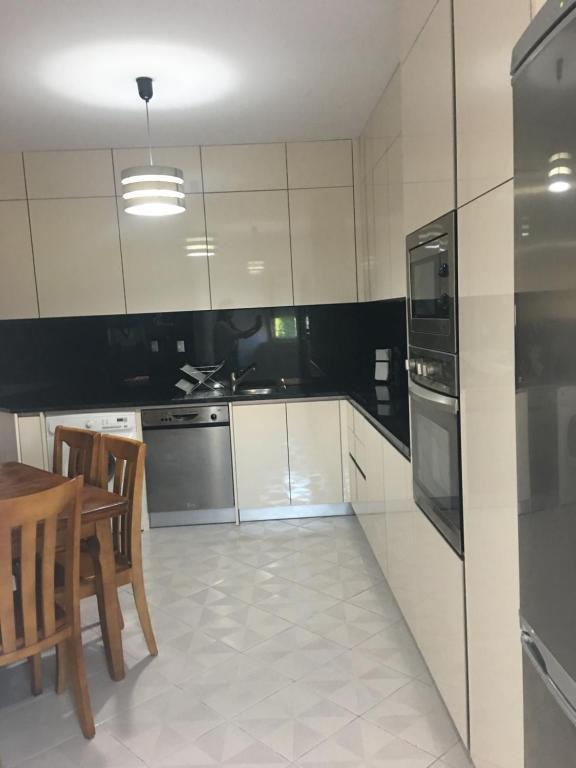 A kitchen or kitchenette at Apartamento da praia romântico