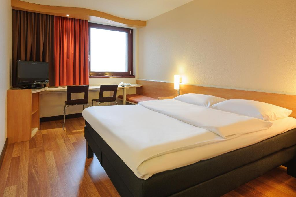 A bed or beds in a room at Ibis Wien Mariahilf