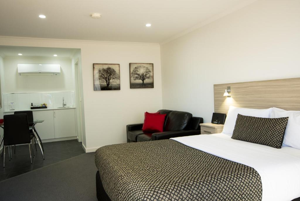A bed or beds in a room at Hamilton Lonsdale Motel
