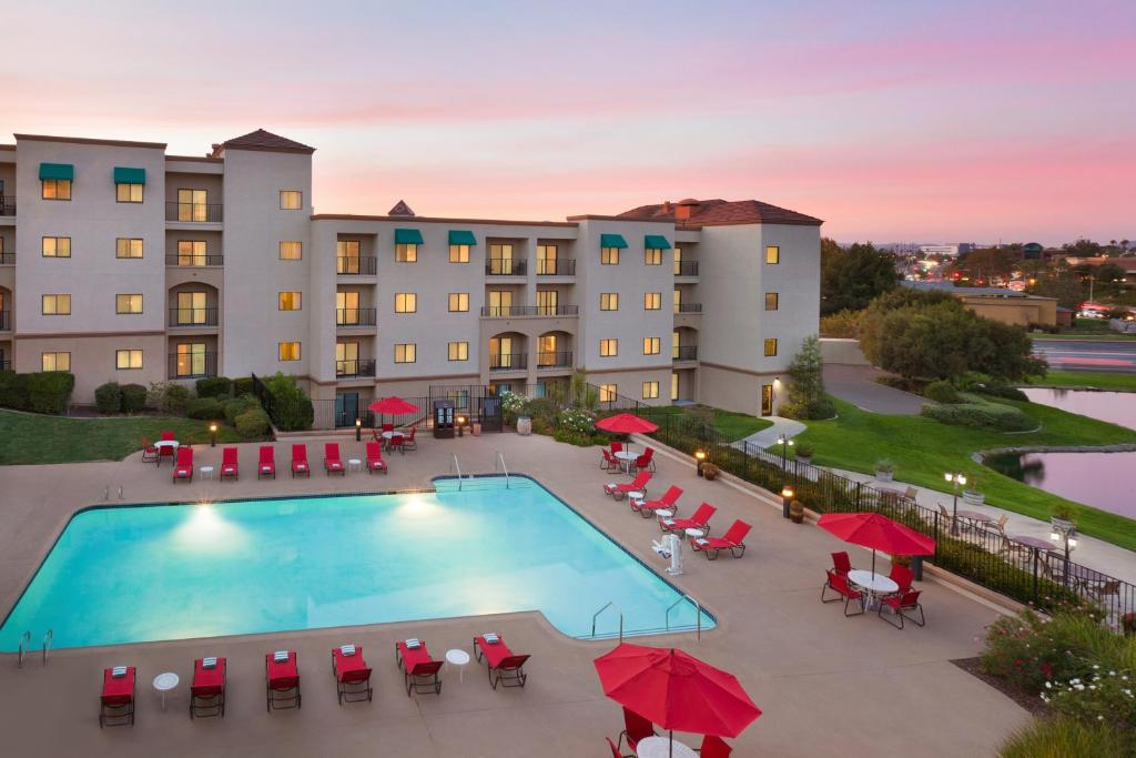A view of the pool at Embassy Suites by Hilton Temecula Valley Wine Country or nearby