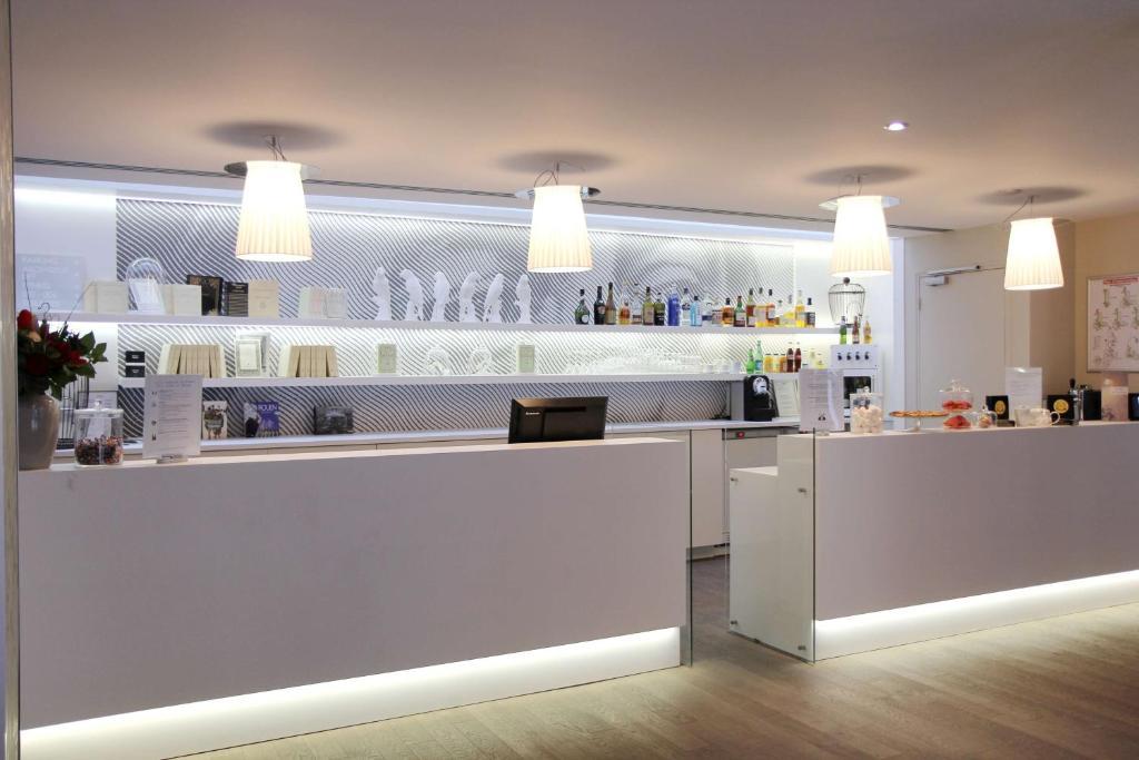 Een keuken of kitchenette bij BEST WESTERN Hôtel Littéraire Gustave Flaubert