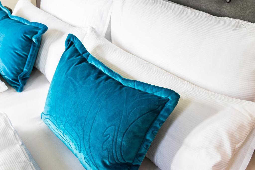 Postel nebo postele na pokoji v ubytování Motel One Köln-Neumarkt