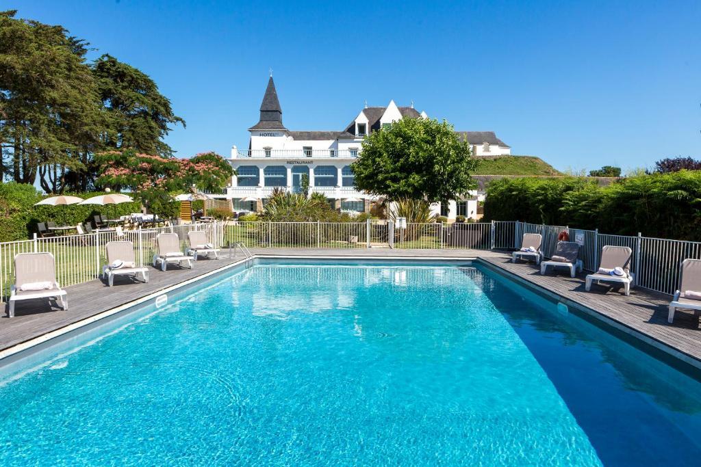 Der Swimmingpool an oder in der Nähe von Hotel Restaurant Spa du Tumulus Carnac