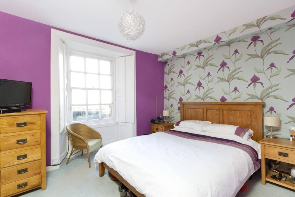 A bed or beds in a room at Heart of the New Town Sleeps 6