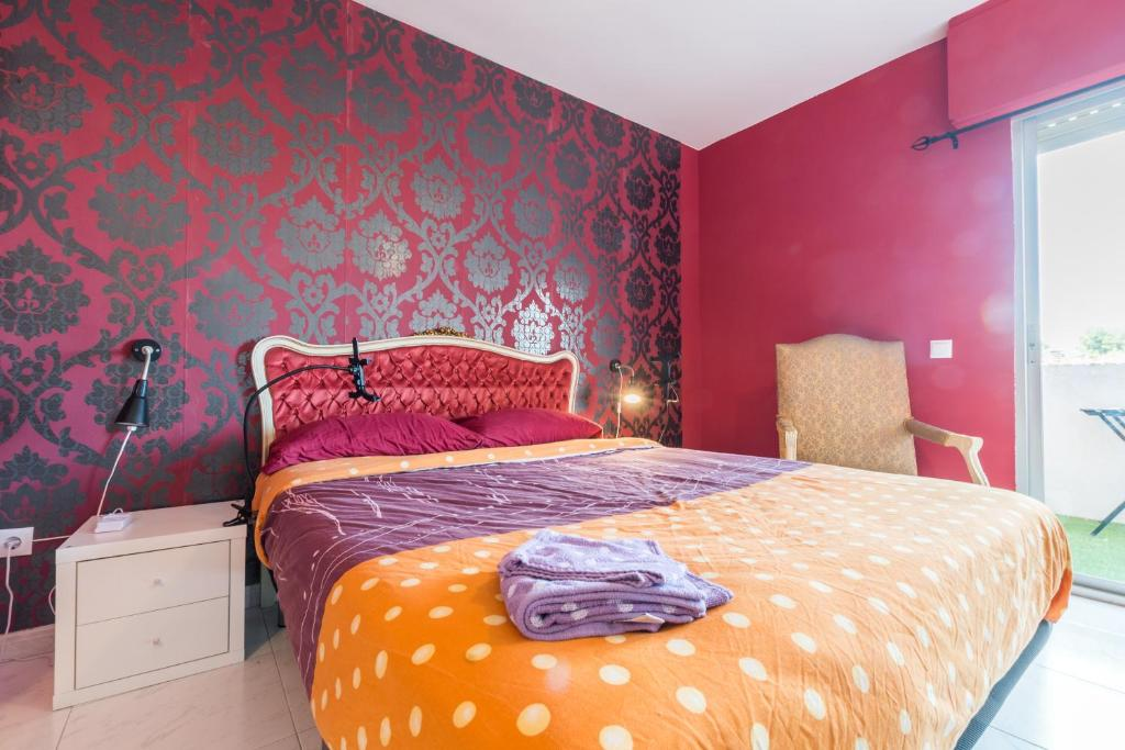 A bed or beds in a room at Rooms Salomons By EasyBnb