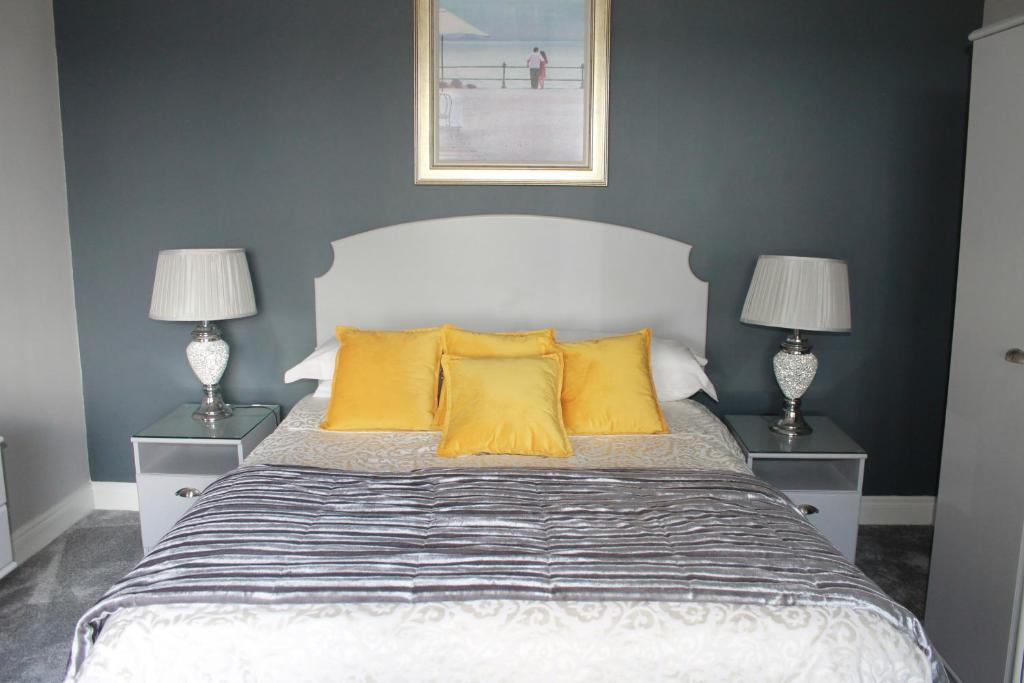 A bed or beds in a room at Glenbarry B&B