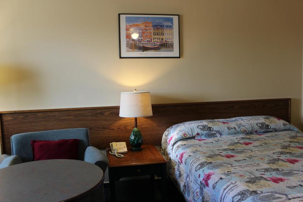 A bed or beds in a room at Wheatland Motel