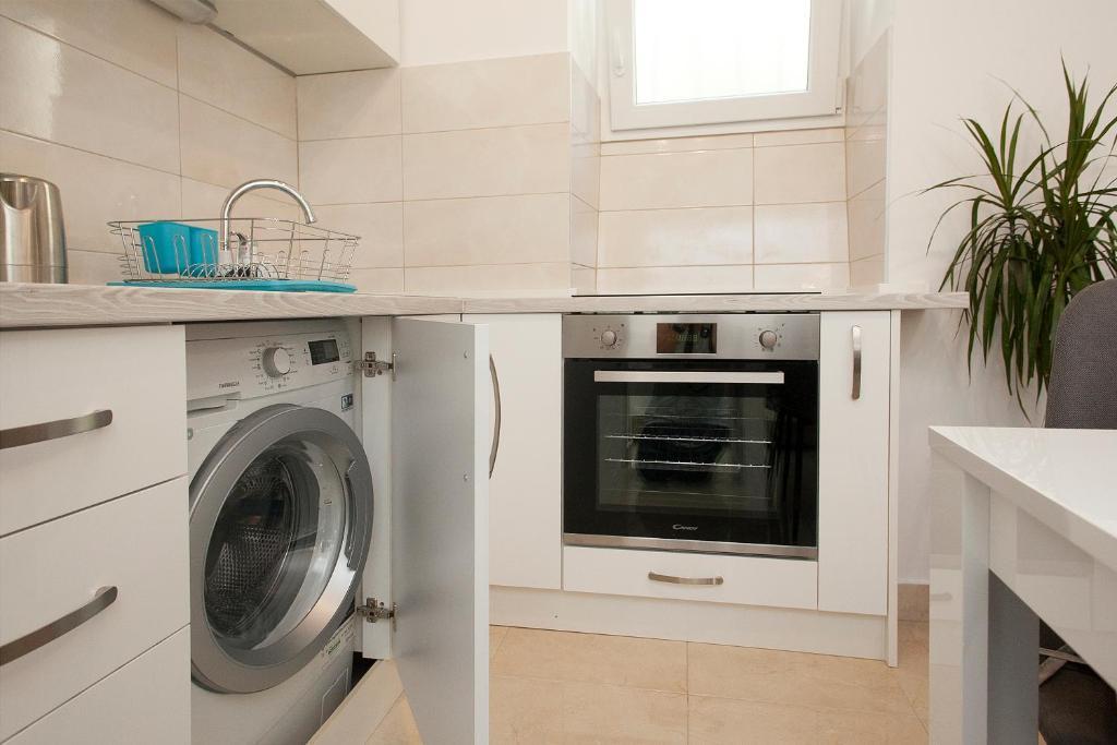 A kitchen or kitchenette at King's Garden Studio