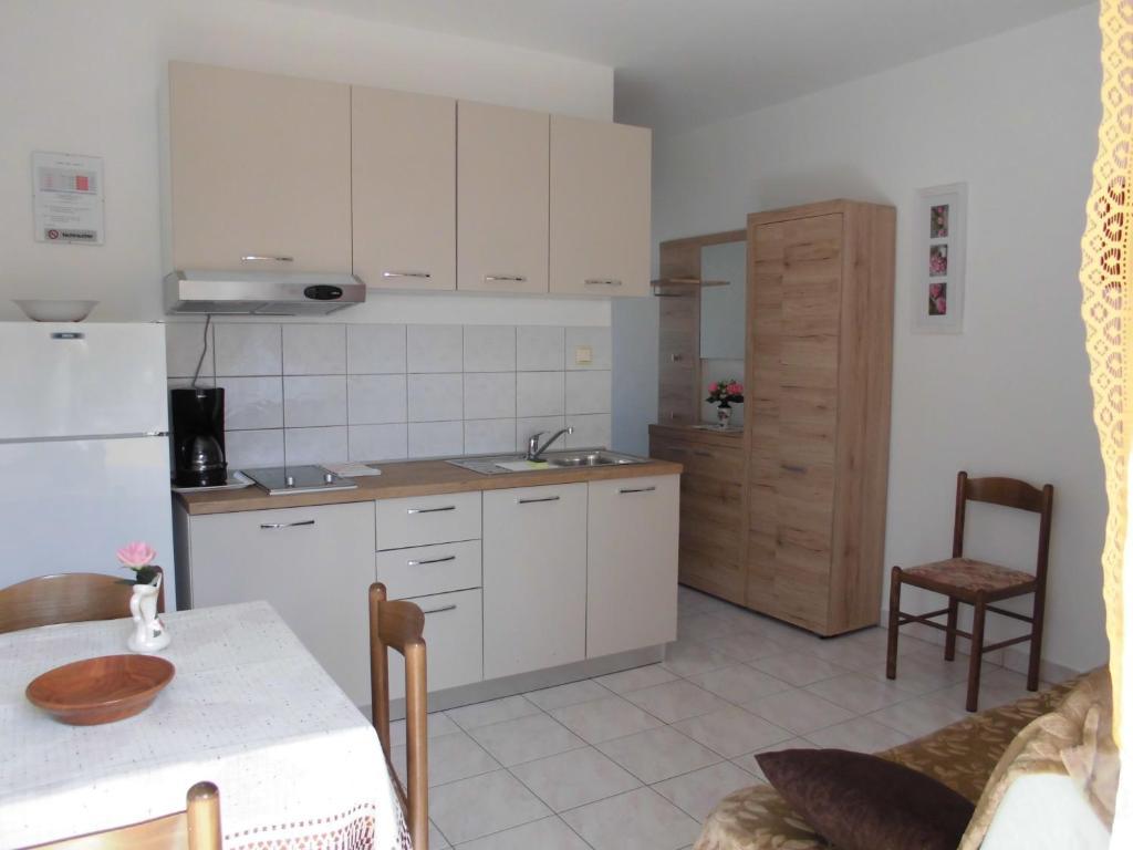 Kuhinja oz. manjša kuhinja v nastanitvi Lopar 602