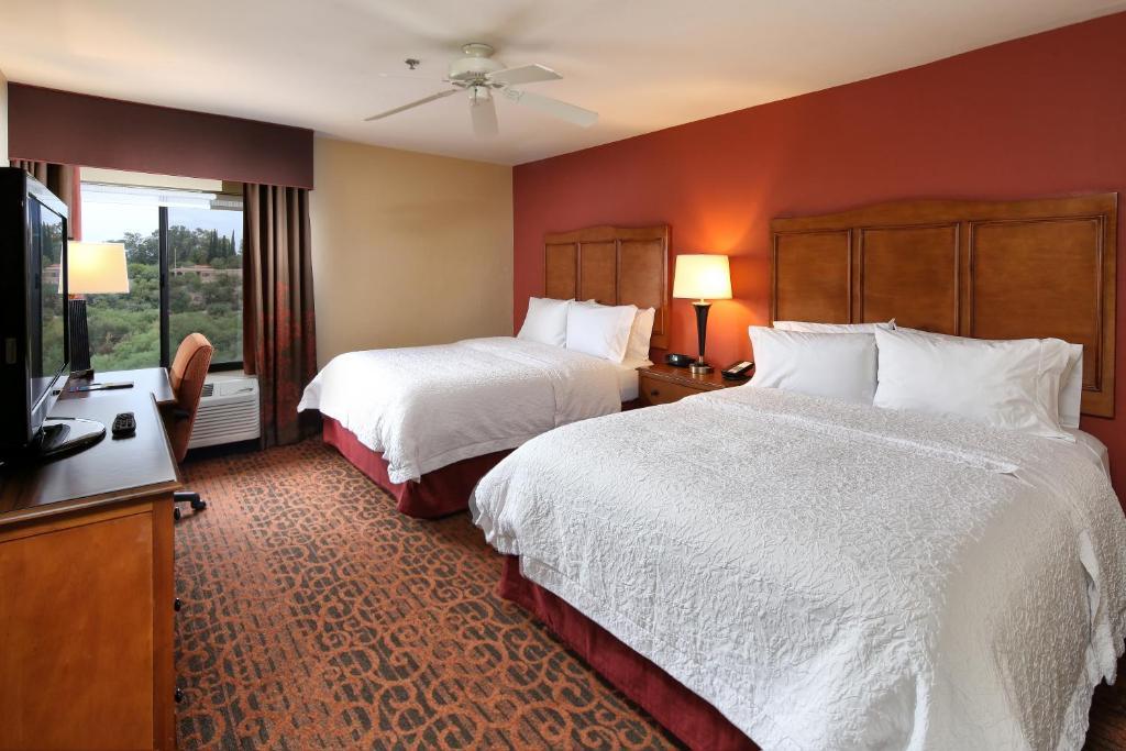 Una cama o camas en una habitación de Hampton Inn & Suites Tucson Mall