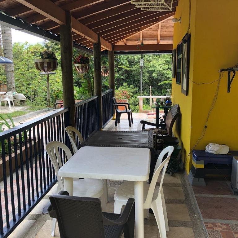 Casa de campo con piscina natural, Medellín, Colombia ...