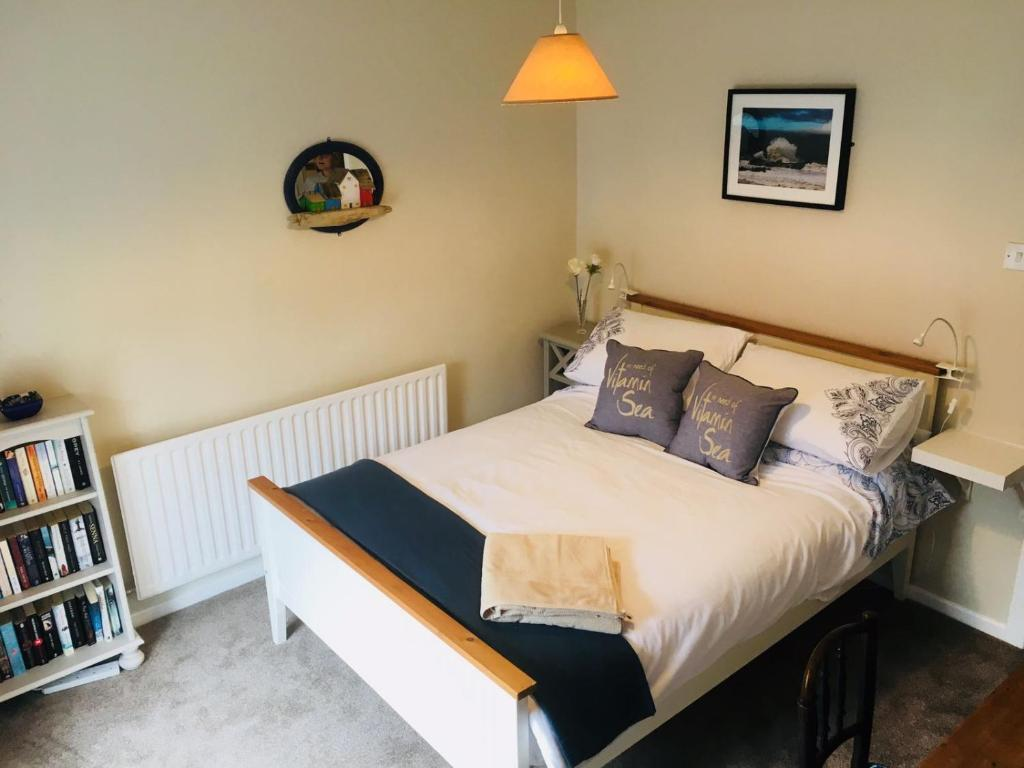 A bed or beds in a room at Wee Postbox House(148 Main St)