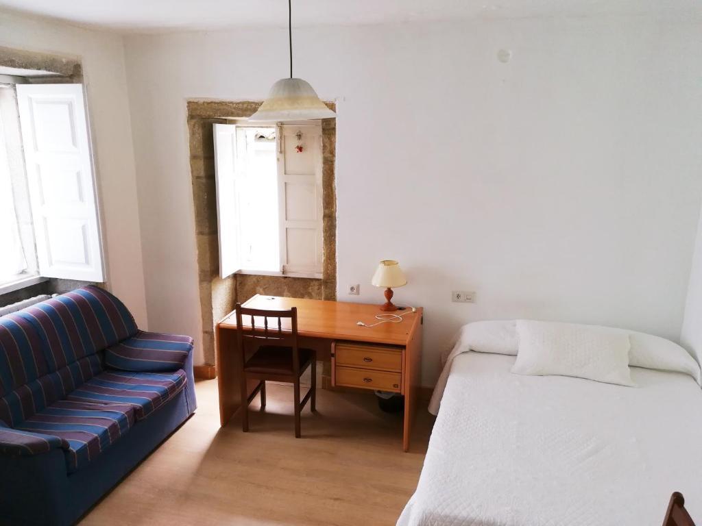 A bed or beds in a room at Pensión Residencia Universitaria Rey