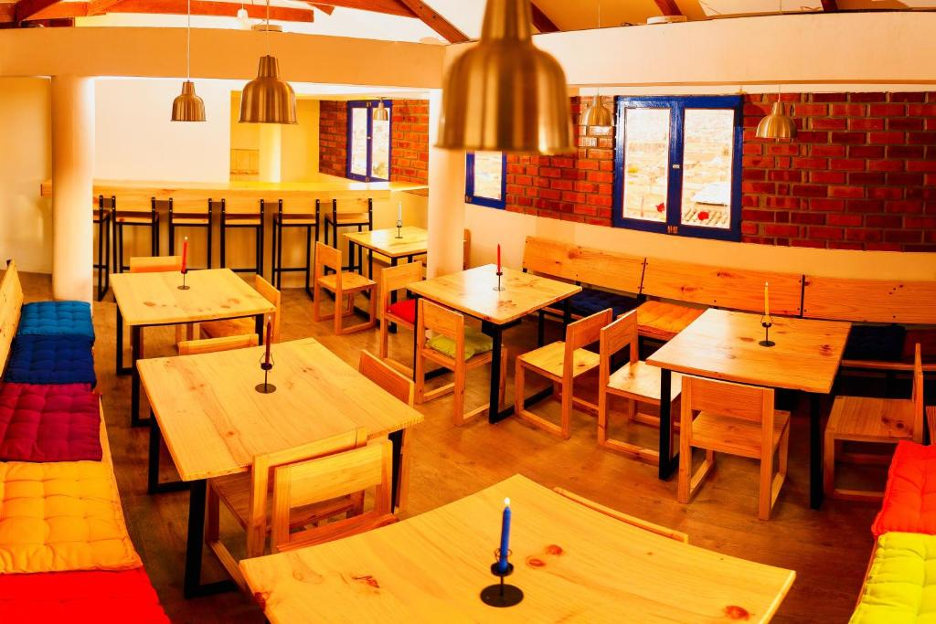 Un restaurante o sitio para comer en Saqray Hostel