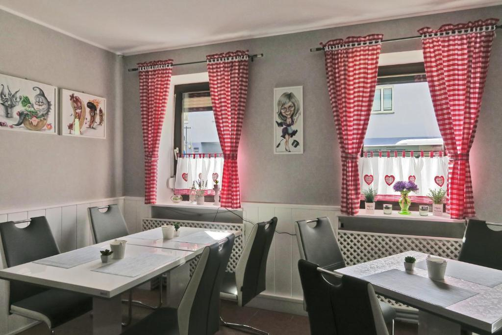 A restaurant or other place to eat at Pension Lizzi