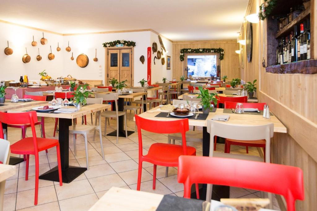 A restaurant or other place to eat at Hotel La Barme