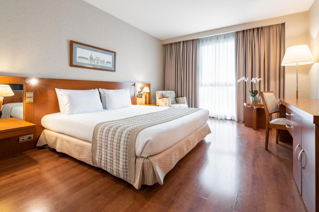 Cama o camas de una habitación en Eurostars San Lazaro