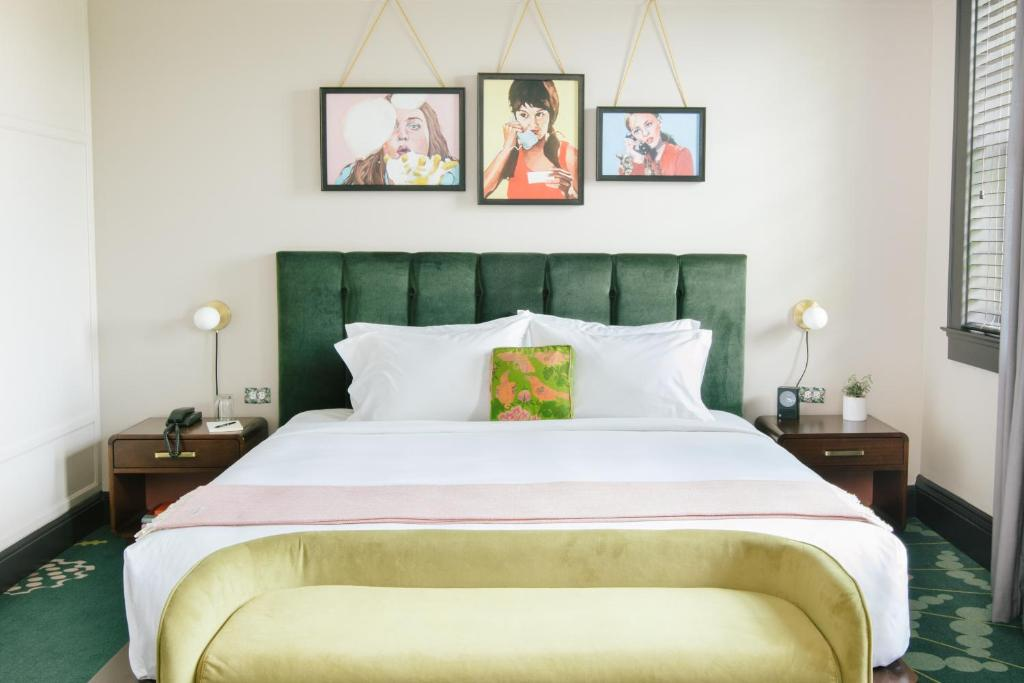 A bed or beds in a room at Hotel Clermont