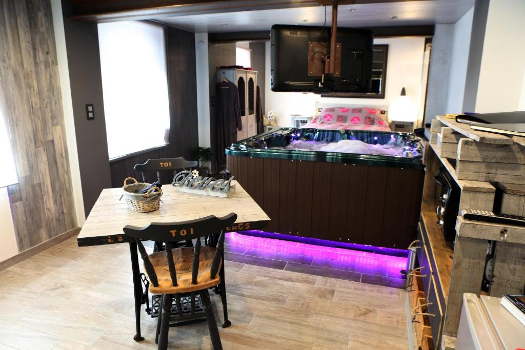 A kitchen or kitchenette at Le cocon des lacs