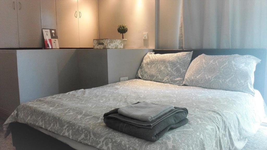 A bed or beds in a room at Stylish studio with mezzanine 5 min to the tube