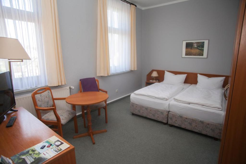 A bed or beds in a room at Hotel Am Kellerberg