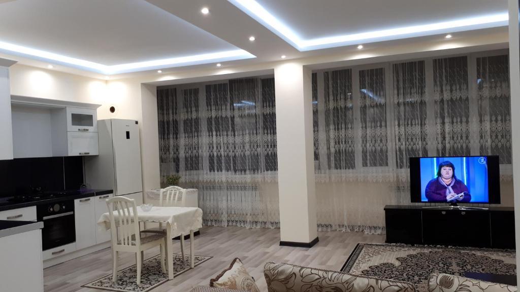 Телевизор и/или развлекательный центр в Apartment on Abubakarova 18