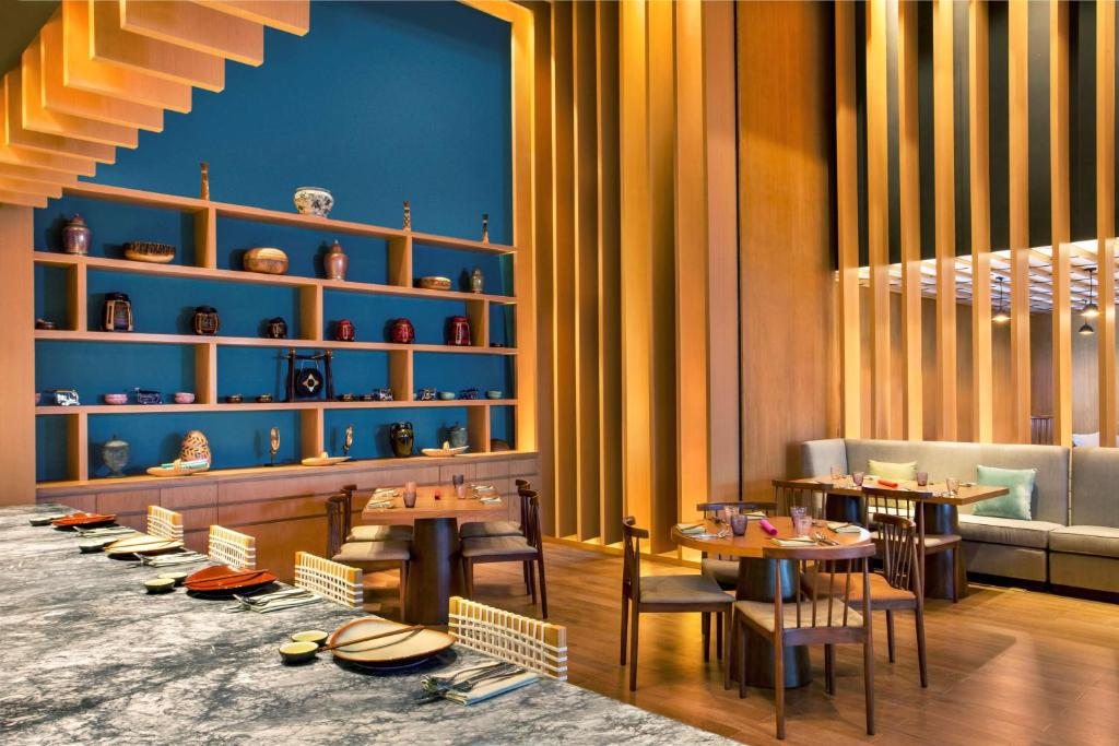 A restaurant or other place to eat at Grand Hyatt Kochi Bolgatty
