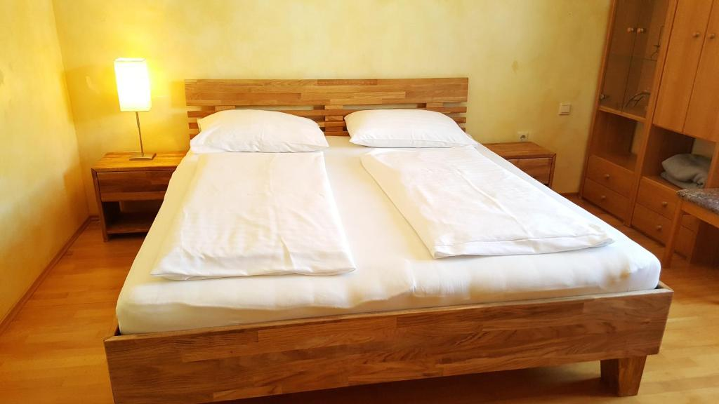 A bed or beds in a room at Gasthof Paradiesgartl