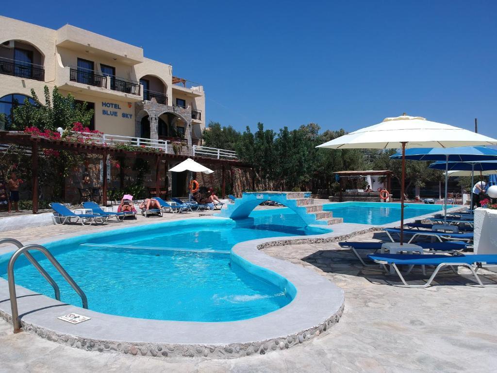 Der Swimmingpool an oder in der Nähe von Blue Sky Hotel