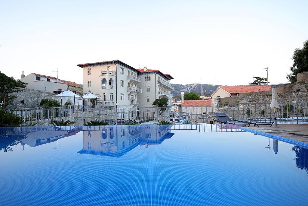 Der Swimmingpool an oder in der Nähe von Arbiana Heritage Hotel