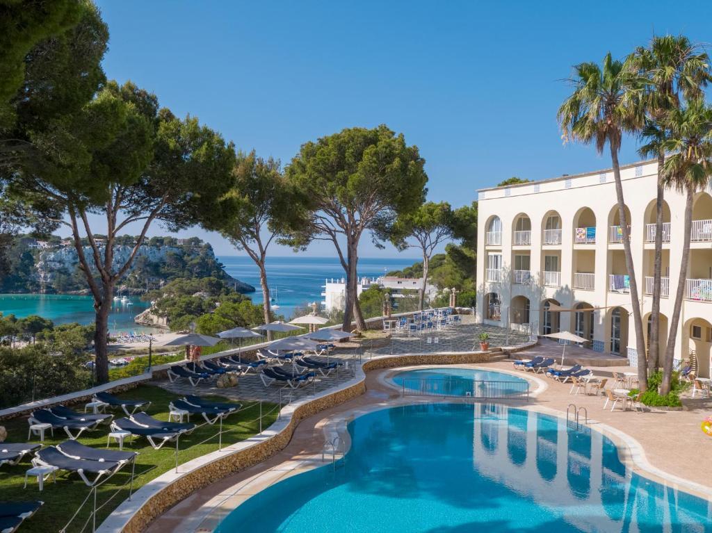 Uma vista da piscina em Aparthotel Floramar ou nas proximidades